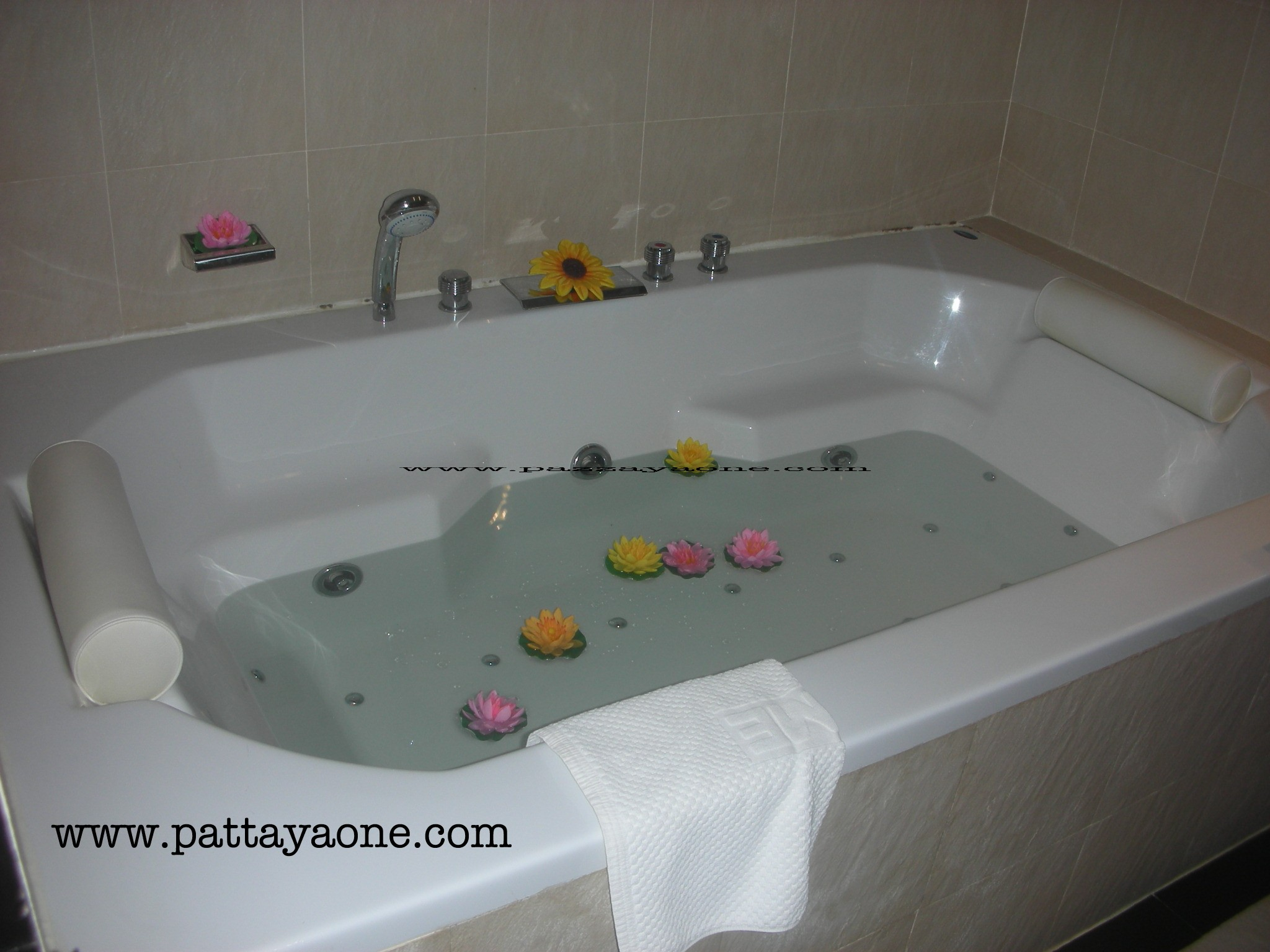 Rooms with jacuzzi www.pattayaone.com